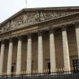 Ce document liste les principaux décrets et lois français relatifs à la fourniture des communications électroniques et à leur régulation.